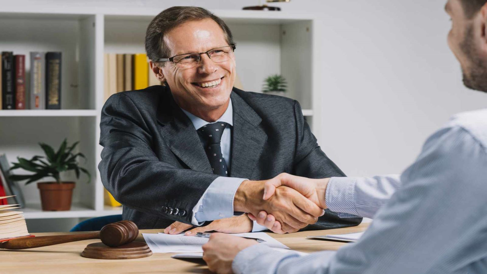 עורך דין מעסיקים ובעל עסק חותמים חוזה