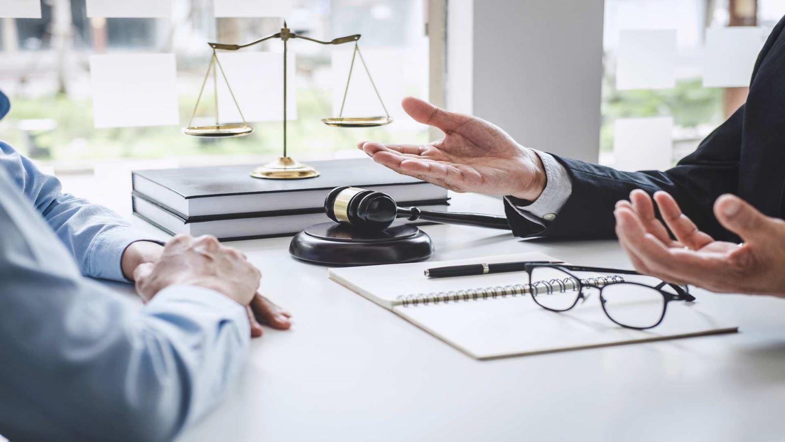 עורך דין נותן חוות דעת בדיני עבודה