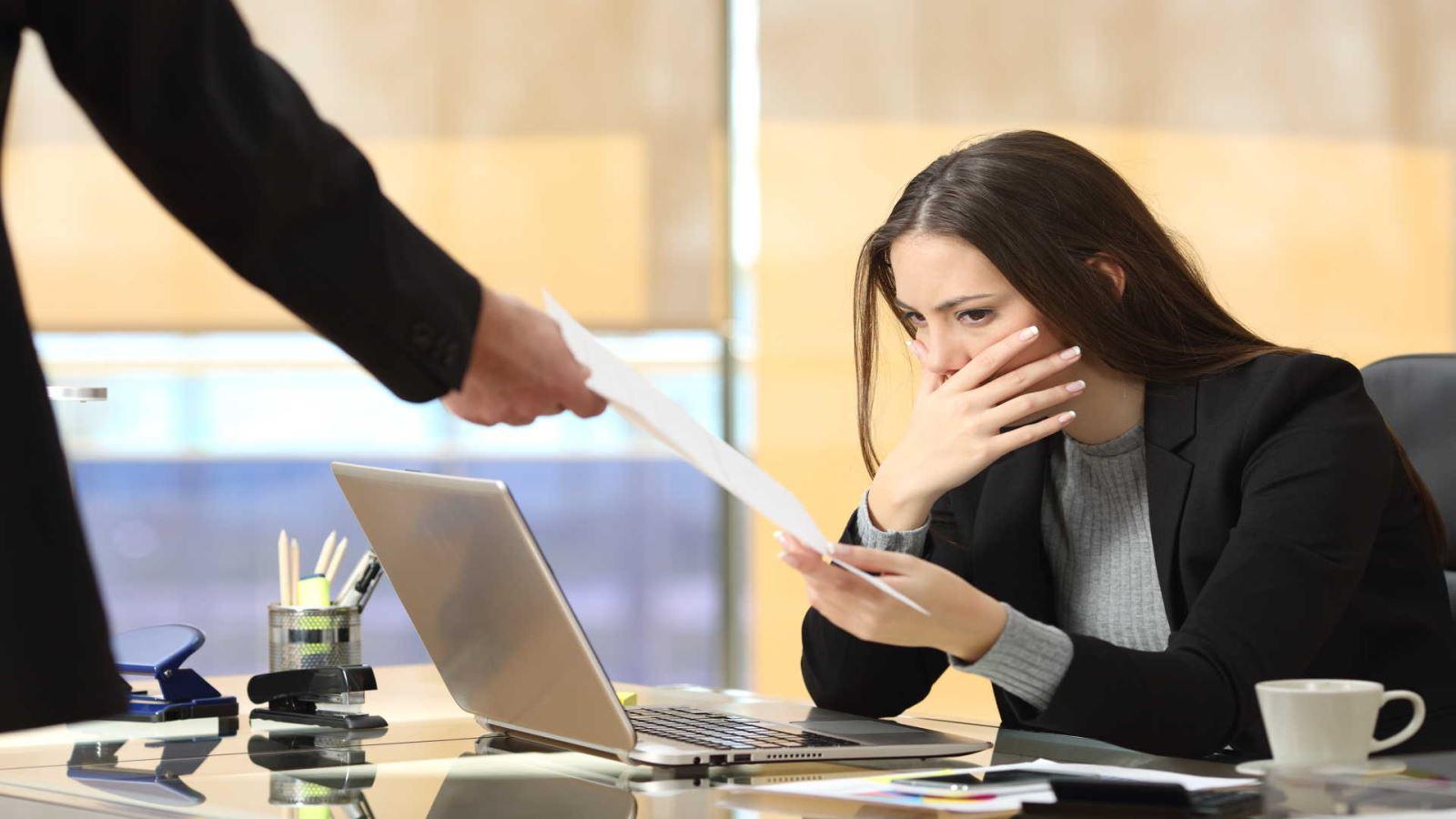 עובדת מקבלת מכתב פיטורים מהמעסיק