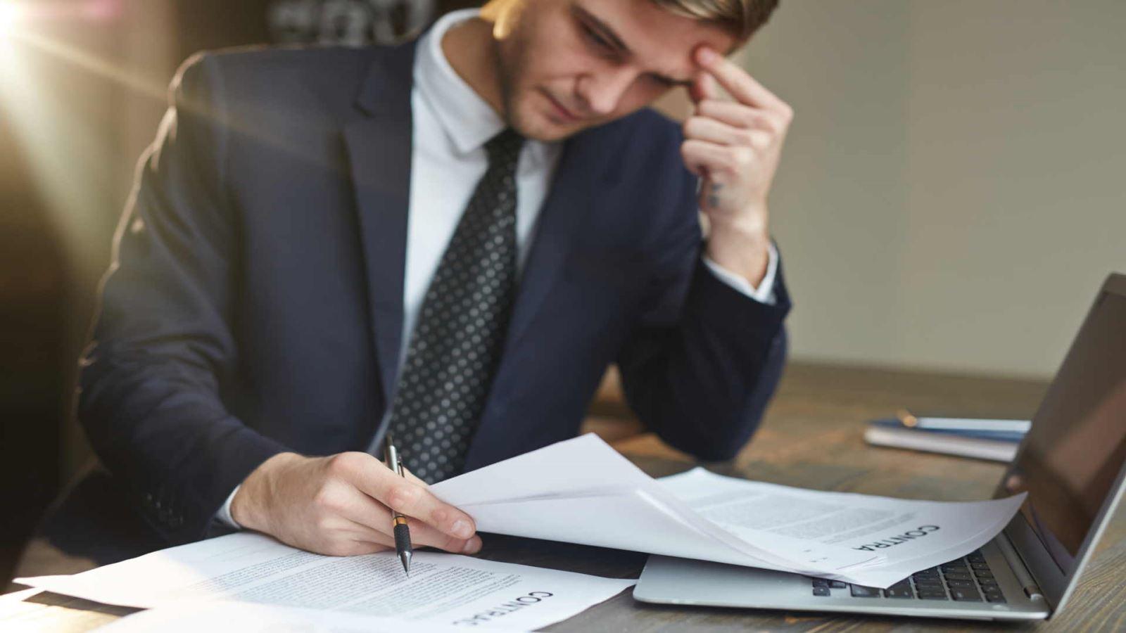 מעסיק בודק כיצד לפתוח דף חדש ולהשתקם כלכלית