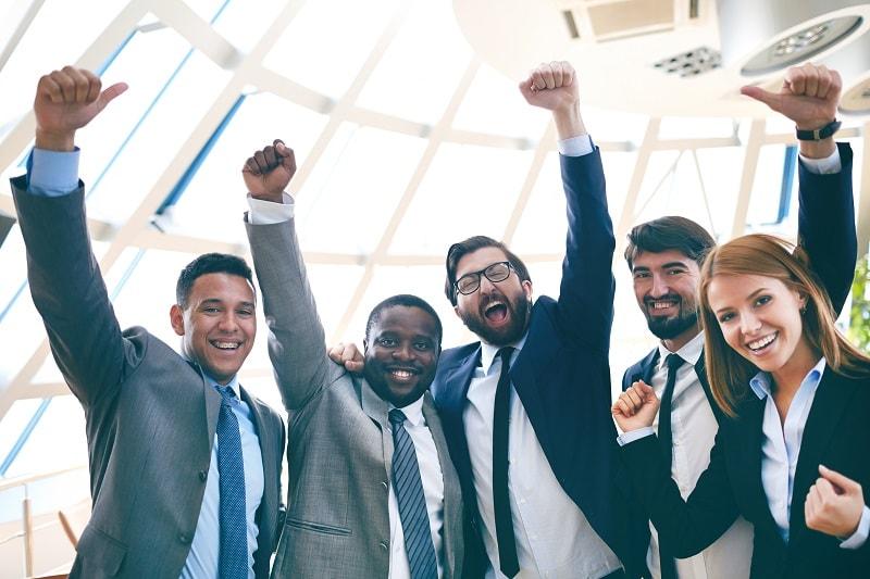 עובדים שמחים בעקבות יחסי עובד מעביד תקינים