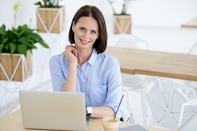 אישה קוראת על תקנות עבודת נשים